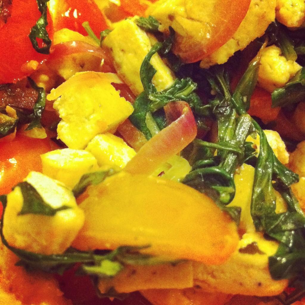 Ricetta: insalata piccante con tofu, cipolla rossa, pachino e rucola